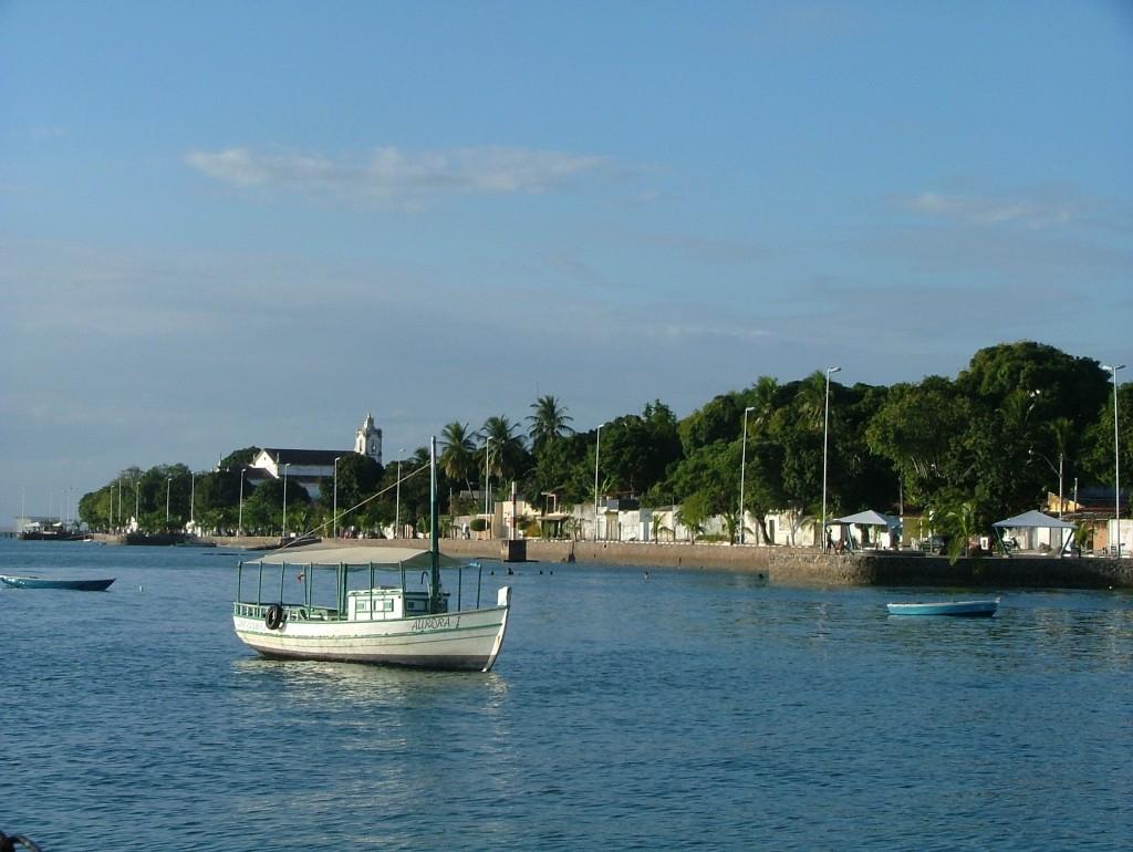 La costanera de Itaparica. Contra estas paredes atan los barcos para pintarles el fondo.