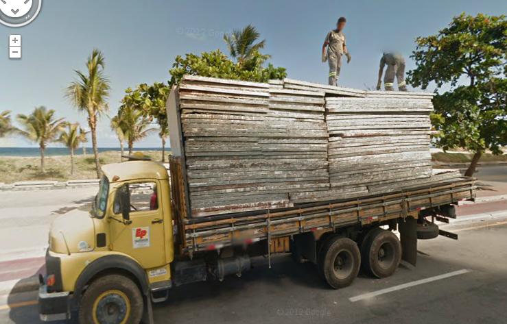 Un camion sobre la Avenida Boa Viagem