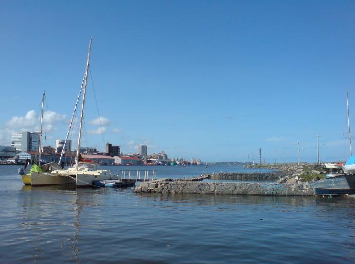 Catamaran esperando en la escollera del Porto de Recife