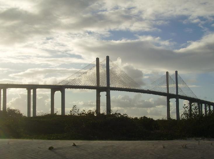 El puente Newton Prado que pasa sobre el Potengi y une el lado sur y norte de la ciudad