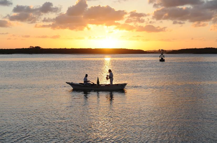 Una canoa con un saxo sobre el Rio Potengi