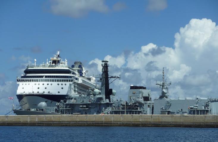 El puerto de cruceros, un par de millas al norte del Boatyard.