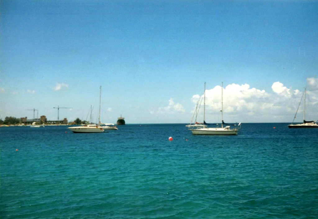 El Tremebunda visto desde el muelle del Boatyard