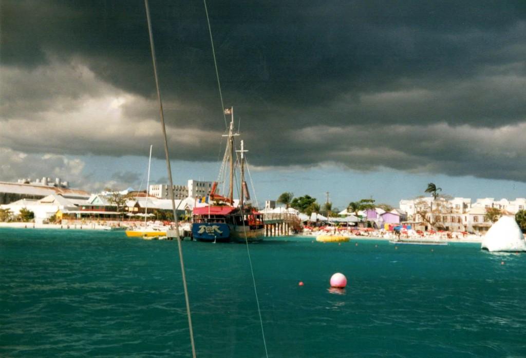 Los piratas cargan el barco de turistas para embriagarlos y sacarles el dinero.