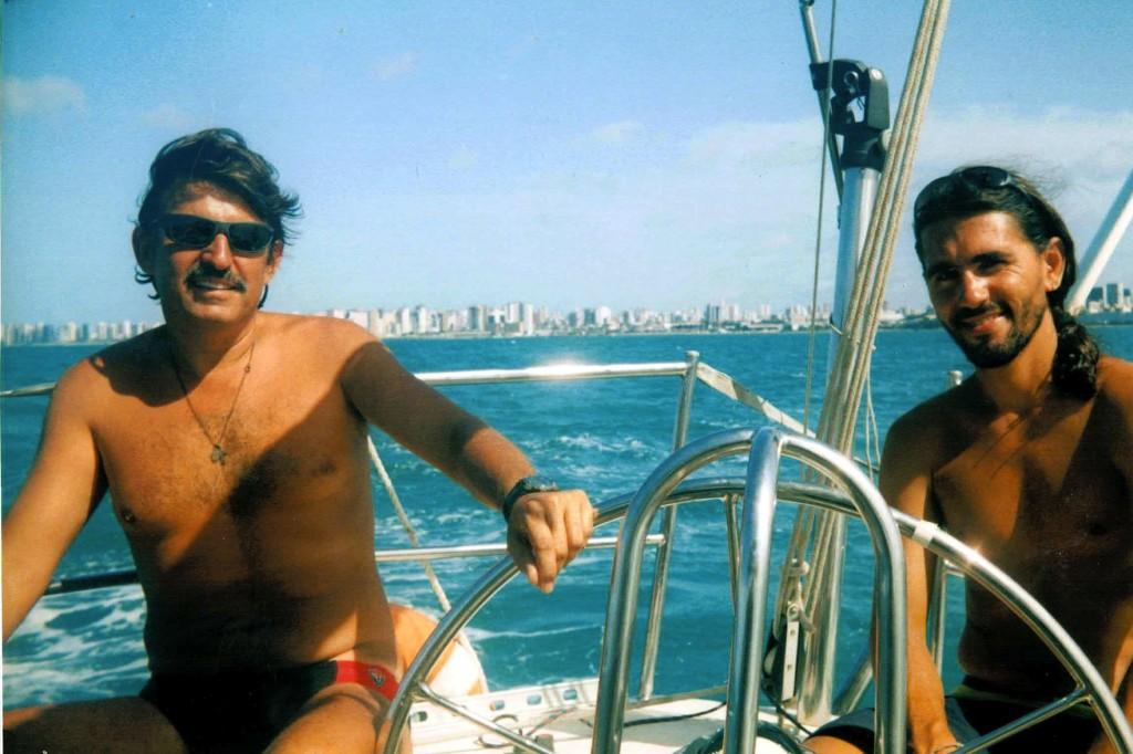 Edu y yo sonreímos al primer fotografo que sube a bordo desde Angra.