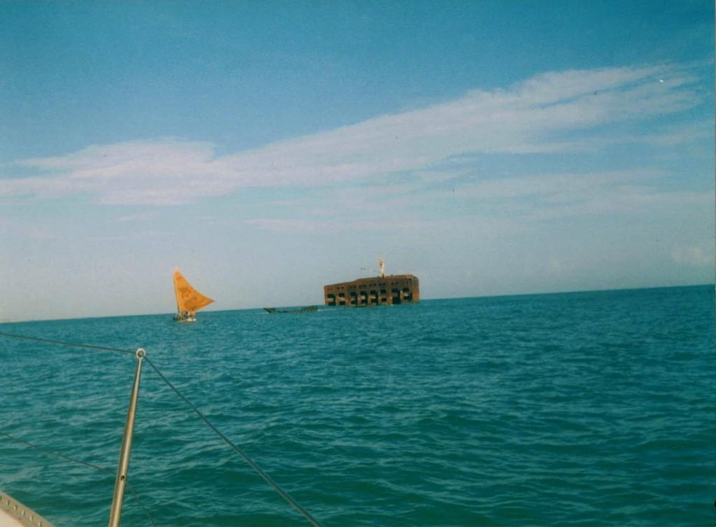 Una jangada pasa cerca del  barco hundido frente a Fortaleza