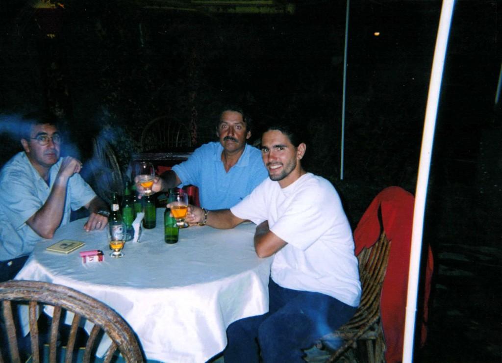 Brindis de dos amigos, un padre e hijo y dos compañeros.