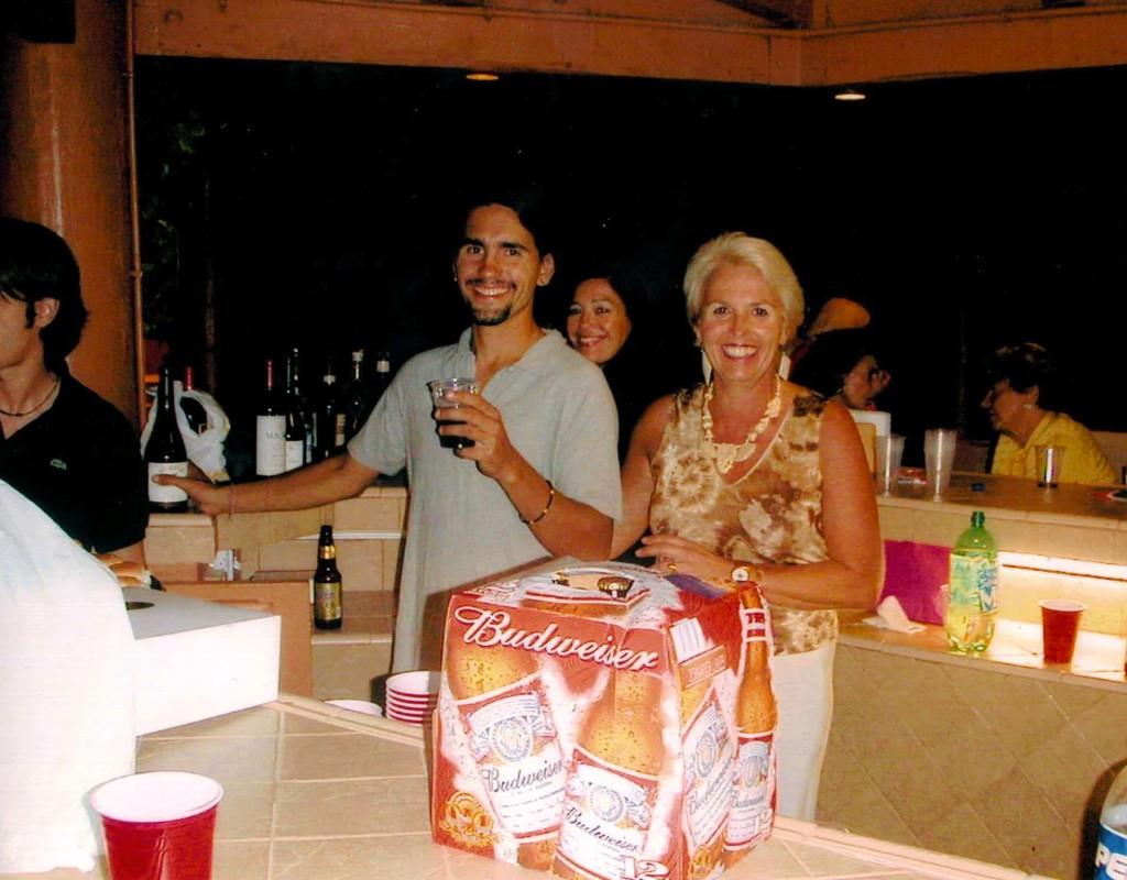 Con mi mama, celebrando con Budweiser.