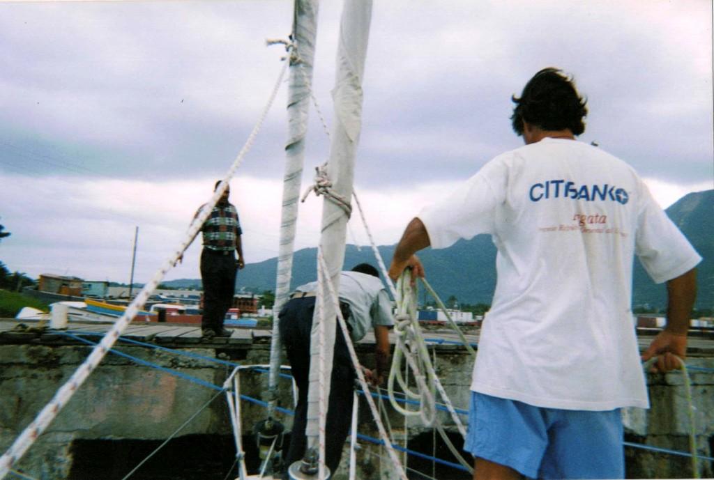 Amarrando el barco. Edu y Jose comparten la tarea
