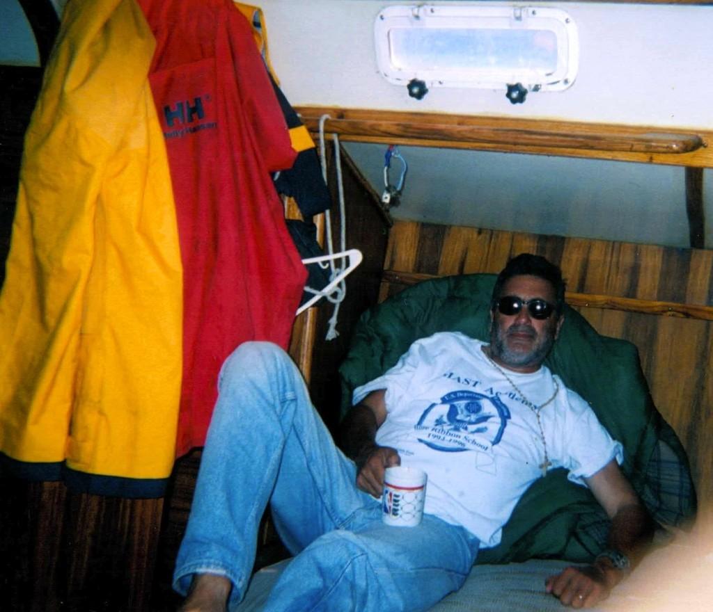 Jose descansa con los anteojos puestos.