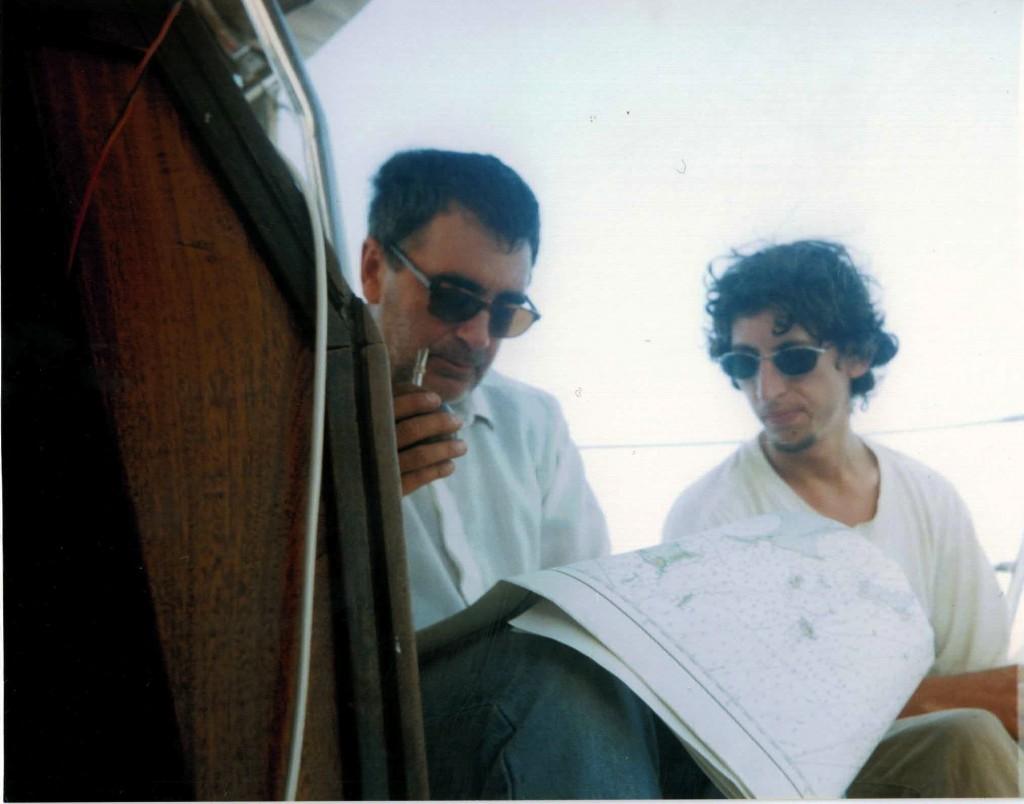 Mi viejo toma mate mientras el y Max miran la carta de papel para saber en donde estabamos.