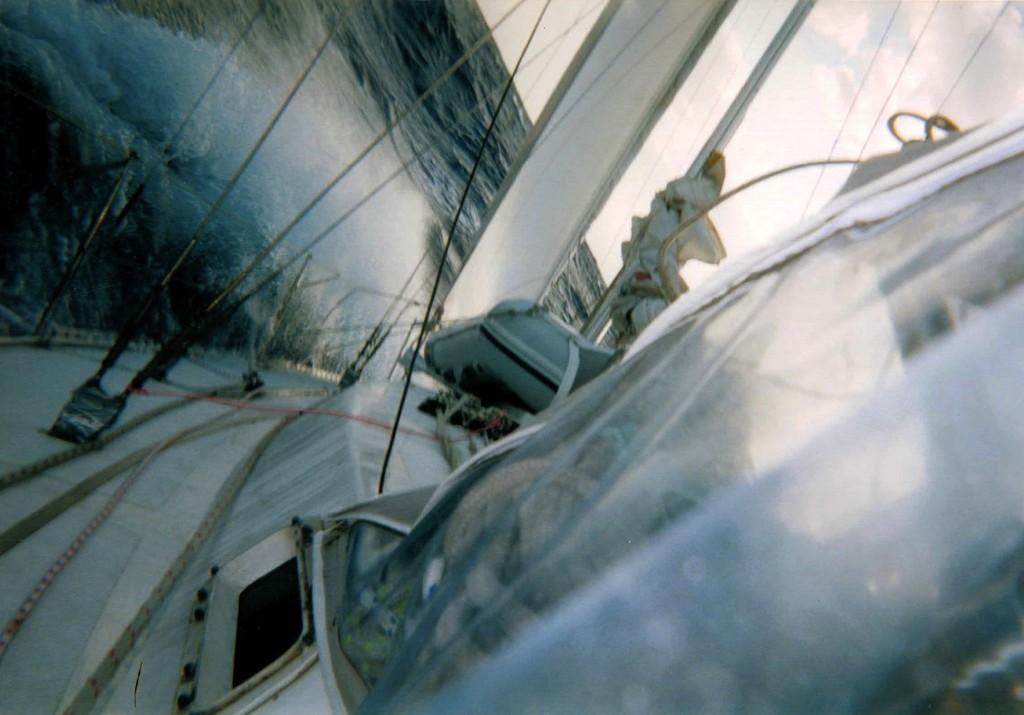 El barco pegandole a una de las olas en corriente del Golfo.