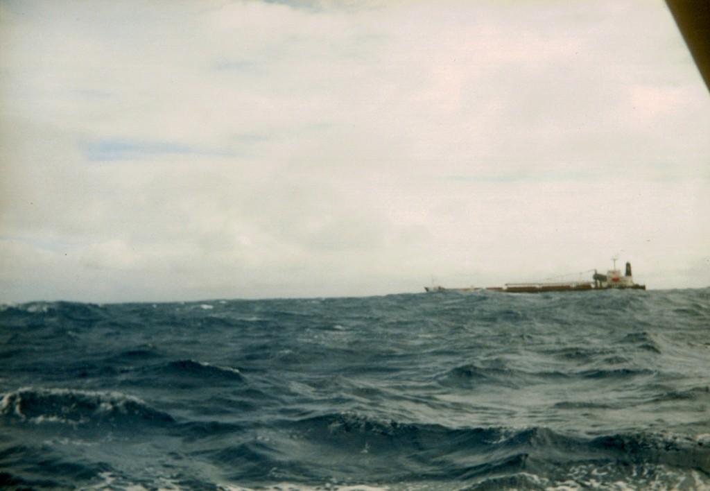 El carguero se oculta tras la gigantesca ola.